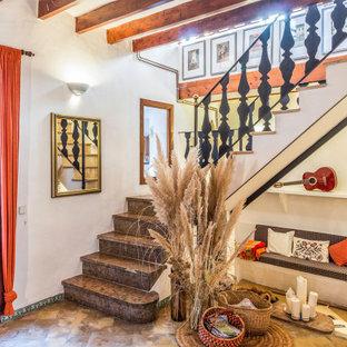Foto de escalera en L, mediterránea, con barandilla de metal