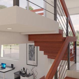 Imagen de escalera suspendida, mediterránea, de tamaño medio, con escalones de madera, contrahuellas de madera y barandilla de metal