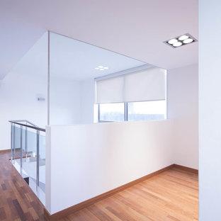 Ejemplo de escalera en L, minimalista, de tamaño medio, con escalones de mármol y contrahuellas de mármol