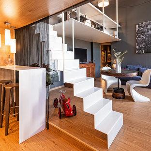 Ejemplo de escalera suspendida, contemporánea, con escalones de acrílico