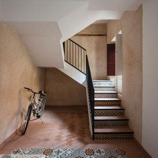 Modelo de escalera en U, retro, de tamaño medio, con escalones con baldosas y contrahuellas con baldosas y/o azulejos