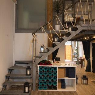 Idée de décoration pour un escalier sans contremarche nordique en L de taille moyenne avec des marches en métal.