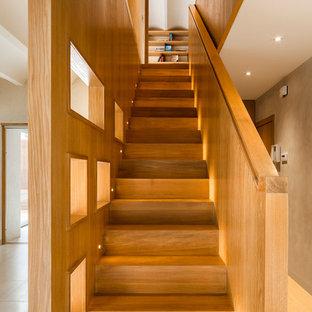 Idee per una scala a rampa dritta contemporanea di medie dimensioni con pedata in legno e alzata in legno