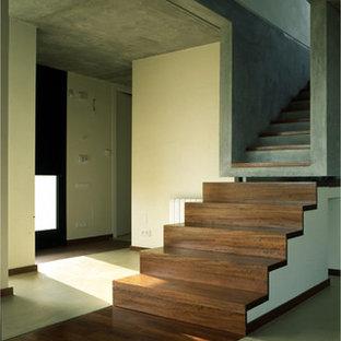 バルセロナのコンクリートのおしゃれな直階段 (木の蹴込み板) の写真