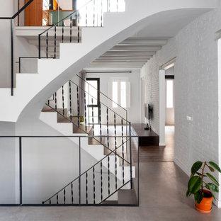 Foto de escalera en U, mediterránea, grande, con barandilla de metal