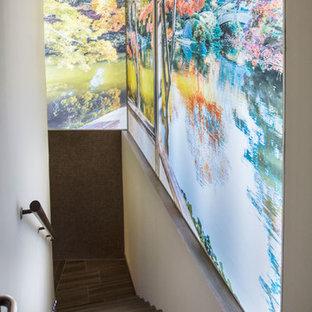 Ejemplo de escalera en L, bohemia, grande, con escalones con baldosas y contrahuellas con baldosas y/o azulejos