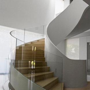 Foto di una grande scala a chiocciola contemporanea con pedata piastrellata e alzata piastrellata