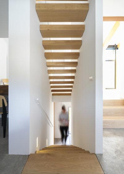 Contemporary Staircase by La Reina Obrera - Arquitectura e Interiorismo