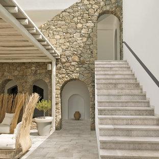 バルセロナの中サイズのタイルの地中海スタイルのおしゃれな直階段 (タイルの蹴込み板) の写真