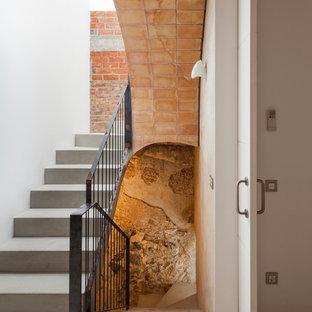 Imagen de escalera en U, mediterránea, de tamaño medio, con escalones de hormigón y contrahuellas de hormigón