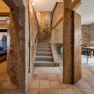 Diseño de escalera curva, mediterránea, de tamaño medio, con escalones de hormigón y contrahuellas de hormigón