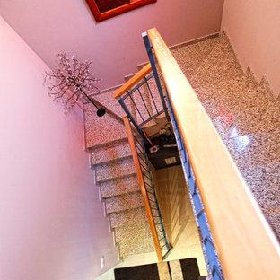 他の地域の中くらいのトランジショナルスタイルのおしゃれな折り返し階段の写真