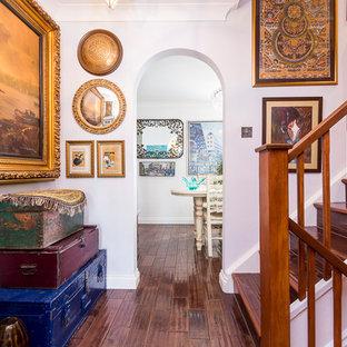 Diseño de escalera bohemia con escalones de madera, contrahuellas de madera y barandilla de madera