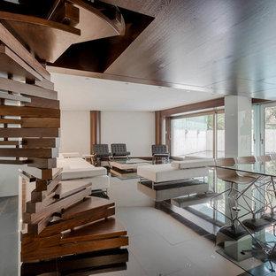 Foto de escalera de caracol, actual, con escalones de madera y contrahuellas de madera