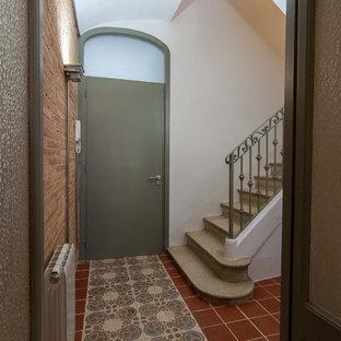 Cette photo montre un escalier courbe industriel de taille moyenne avec des marches en pierre calcaire, des contremarches en pierre calcaire et un garde-corps en métal.