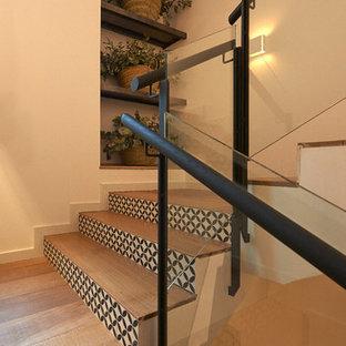 Imagen de escalera en U, rural, grande, con escalones de madera