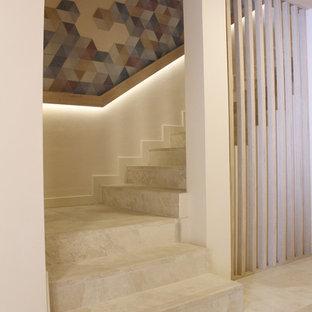 Ispirazione per una piccola scala contemporanea con pedata piastrellata, alzata piastrellata e parapetto in legno