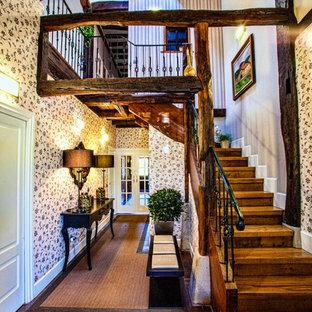 Imagen de escalera en L, rural, de tamaño medio, con escalones de madera, contrahuellas de madera y barandilla de metal