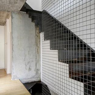 Modelo de escalera en L, moderna, con escalones de metal y contrahuellas de metal