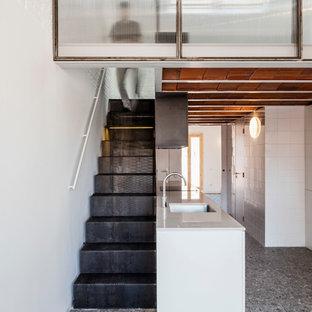Imagen de escalera recta, industrial, pequeña, con escalones de metal y contrahuellas de metal
