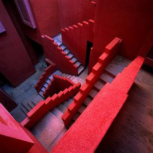 Inspiration pour un très grand escalier bohème en U avec des marches en béton et des contremarches en béton.