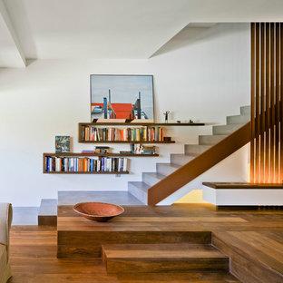 Modelo de escalera recta, minimalista, grande, con escalones de hormigón y contrahuellas de hormigón