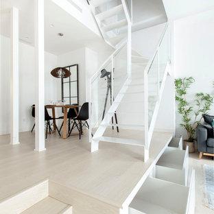 Modelo de escalera en U, contemporánea, de tamaño medio, sin contrahuella, con escalones de metal y barandilla de vidrio