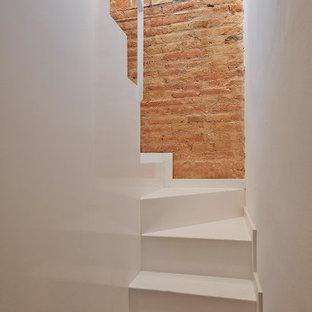 "Immagine di una scala a ""U"" mediterranea con pareti in mattoni"
