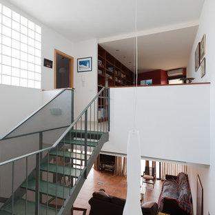 Foto de escalera en U, mediterránea, de tamaño medio, sin contrahuella, con escalones de vidrio