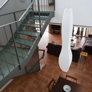 Diseño de escalera en U, mediterránea, de tamaño medio, sin contrahuella, con escalones de vidrio