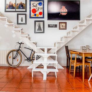 Imagen de escalera en L, mediterránea, de tamaño medio, sin contrahuella, con escalones de madera pintada