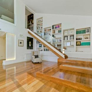 Modelo de escalera recta, clásica renovada, de tamaño medio, con escalones de madera