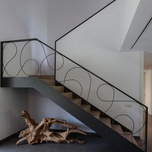 Modelo de escalera moderna con barandilla de metal