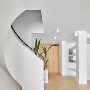 Imagen de escalera curva, nórdica, de tamaño medio, con barandilla de metal