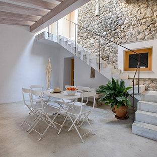 Ejemplo de escalera en L, mediterránea, de tamaño medio, con escalones de hormigón y contrahuellas de hormigón