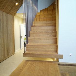 Diseño de escalera suspendida, escandinava, grande, con escalones de madera, contrahuellas de madera y barandilla de metal