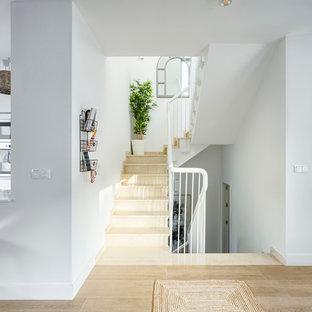 Modelo de escalera en U, costera, grande, con escalones con baldosas y contrahuellas con baldosas y/o azulejos