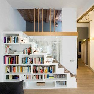 Imagen de escalera recta, contemporánea, pequeña, con escalones enmoquetados y contrahuellas enmoquetadas