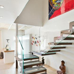 バルセロナの広いガラスのコンテンポラリースタイルのおしゃれな階段 (ガラスの手すり) の写真