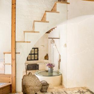 Ejemplo de escalera recta, mediterránea, con escalones de madera y contrahuellas de madera