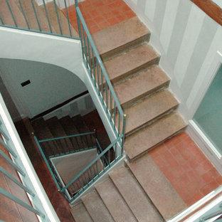 Imagen de escalera en U y papel pintado con barandilla de metal y papel pintado