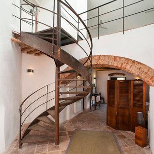 Diseño de escalera de caracol, mediterránea, de tamaño medio, sin contrahuella, con escalones de metal