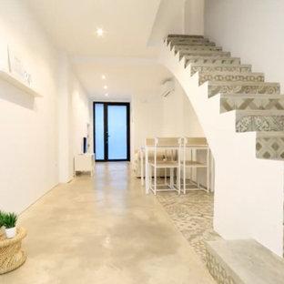 Foto de escalera en L, actual, pequeña, con escalones con baldosas y contrahuellas con baldosas y/o azulejos