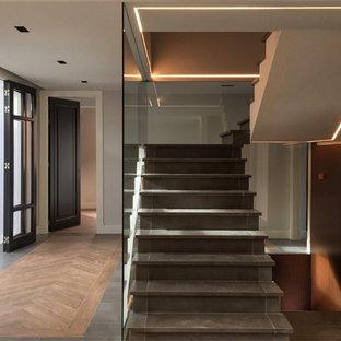 Imagen de escalera suspendida, clásica renovada, grande, con escalones con baldosas y contrahuellas con baldosas y/o azulejos