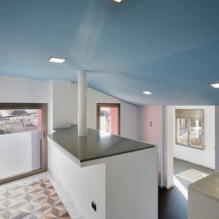 Diseño de escalera recta, mediterránea, pequeña, con escalones con baldosas y contrahuellas con baldosas y/o azulejos