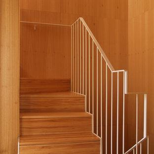 Ejemplo de escalera en U, nórdica, de tamaño medio, con escalones de madera y contrahuellas de madera