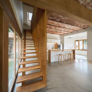 Ispirazione per una scala a rampa dritta mediterranea di medie dimensioni con pedata in legno, nessuna alzata e parapetto in legno