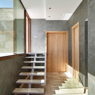 Foto de escalera recta actual
