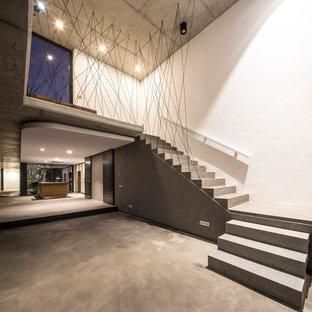 Modelo de escalera en L, moderna, con escalones de hormigón y contrahuellas de hormigón