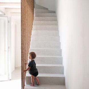Неиссякаемый источник вдохновения для домашнего уюта: прямая лестница среднего размера в средиземноморском стиле с бетонными ступенями и бетонными подступенками